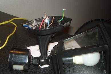 Buitenlamp aansluiten met sensor en forum circuits online